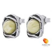Piękne kolczyki ze srebra próby 925 na sztyft, ze zdobieniami w postaci falbanek i  okrągłym bursztynem w kolorze białym.