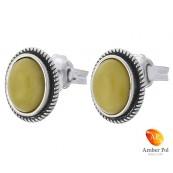 Piękne kolczyki ze srebra próby 925 na sztyft o owalnym kształcie z bursztynem  w kolorze mlecznym.