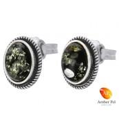 Piękne kolczyki ze srebra próby 925 na sztyft o owalnym kształcie z bursztynem  w kolorze zielonym.