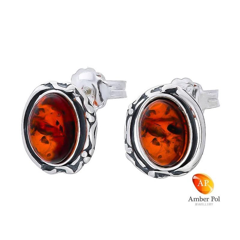 Piękne kolczyki ze srebra próby 925 na sztyft o owalnym kształcie z bocznymi zdobieniami i bursztynem  w kolorze koniakowym.
