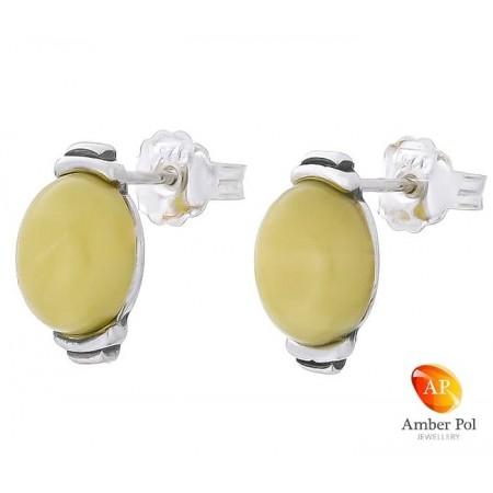 Piękne kolczyki na sztyft ze srebra próby 925 o kształcie owalu, zakute ręcznie z bursztynem w białym kolorze.