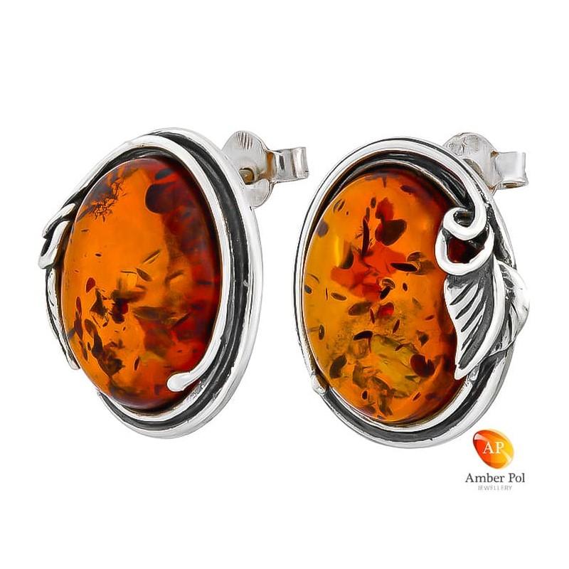 Piękne kolczyki na sztyft ze srebra próby 925 o kształcie owalu z fajnym listkiem oraz   bursztynem w koniakowym kolorze.