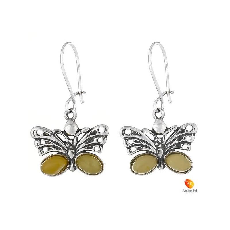 Kolczyki wiszące ze srebra 925 motylek, na zawieszkę typu bigle zamknięte i dwoma bursztynami na skrzydełku w  kolorze białym.
