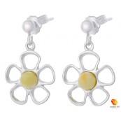 Kolczyki wiszące o kształcie kwiatka z płatkami ze srebra 925 z zawieszką na sztyft z kulką i bursztynem  w kolorze białym.