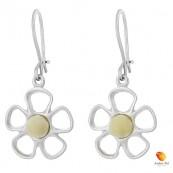 Kolczyki wiszące o kształcie kwiatka z płatkami ze srebra 925 z zawieszką typu bigle zapinane i bursztynem  w kolorze białym.