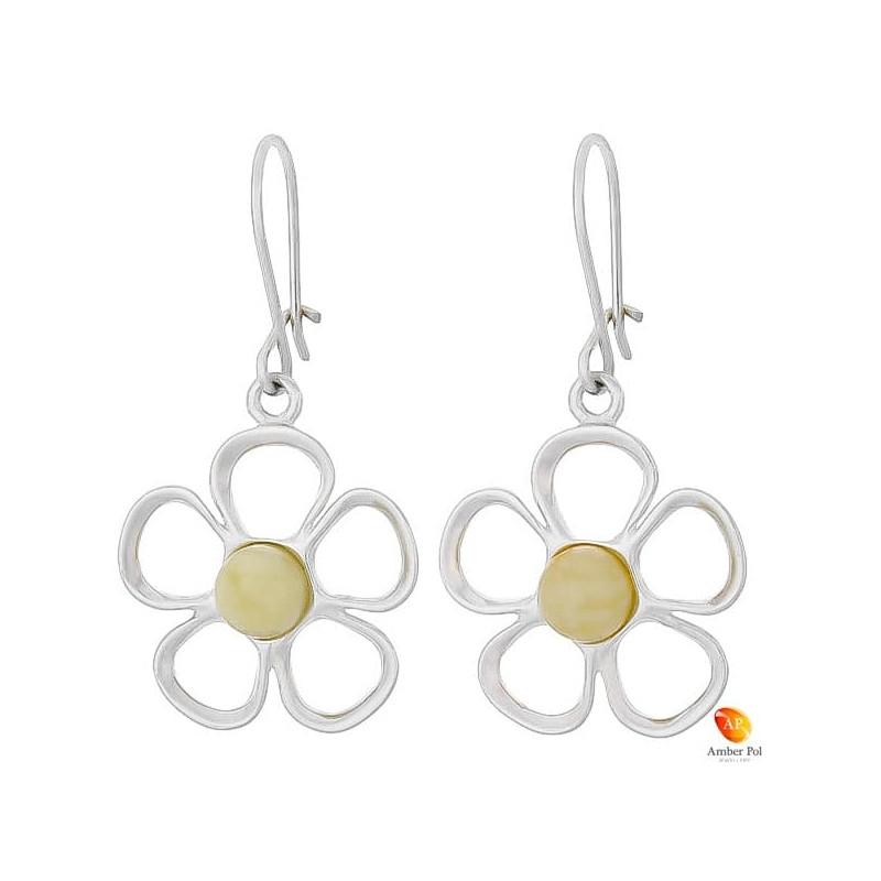 Kolczyki wiszące o kształcie kwiatka z płatkami ze srebra 925 z zawieszką typu bigl zapinany i bursztynem  w kolorze białym.