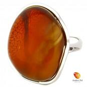 Pierścionek z naturalnym bursztynem bałtyckim z dużym oczkiem. Statement ring wykonany ze srebra i bursztynu.