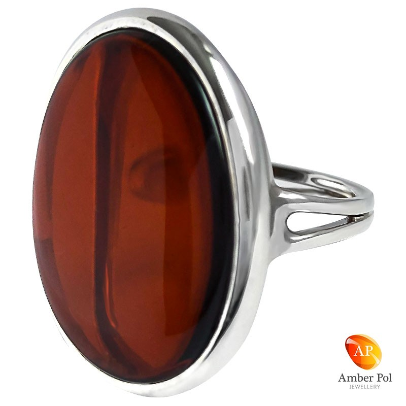 Pierścionek srebrny z wiśniowym płaskim bursztynem w prostej minimalistycznej oprawie.