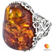 Piękny pierścionek ze srebra 925 z dużym koniakowym bursztynem w ażurowej oprawie.