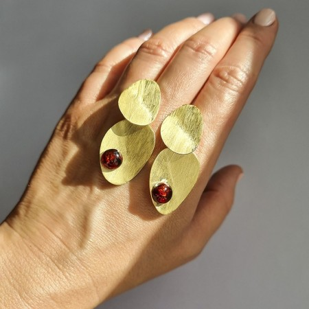 Kolczyki srebrne pozłacane modne z bursztynem w kolorze koniakowym