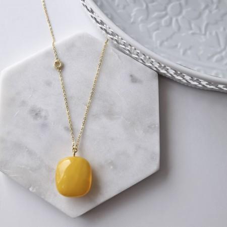Naszyjnik srebrny 925 pozłocony 24-karatowym złotem z zawieszką z dużego naturalnego bursztynu w mlecznym kolorze.