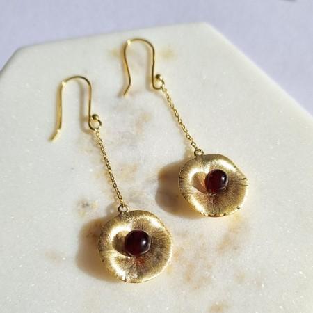 Piękne pozłacane kolczyki wykonane ze srebra 925 oraz bursztynu w kolorze wiśniowym