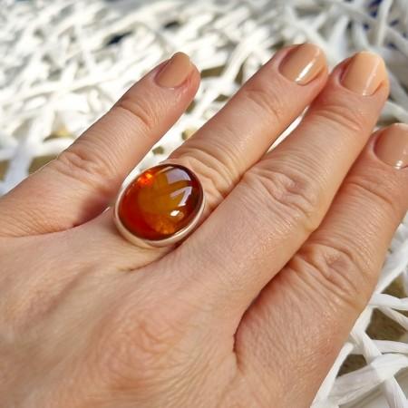 Unikatowy pierścionek wykonany ze srebra 925 z pięknym bursztynem w koniakowym kolorze.