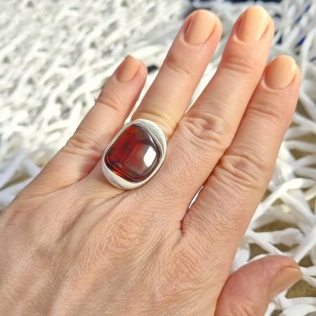 Unikatowy pierścionek ze srebra próby 925 z dużym naturalnym bursztynem o koniakowej barwie.