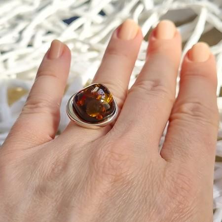 Piękny unikatowy pierścionek z dużym koniakowym bursztynem. Wykonany całkowicie ręcznie.