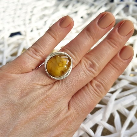 Unikatowy pierścionek ze srebra 925 z dużym mlecznym bursztynem.