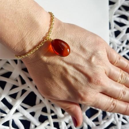 Bransoletka z wiśniowym bursztynem na pozłacanym grubym łańcuszku wykonanym ze srebra 925 stworzona przez Amber pol w Sopocie