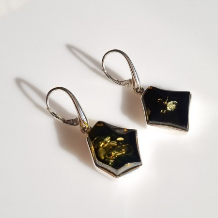Kolczyki srebrne z zielonym bursztynem w nieregularnym kształcie na angielskim biglu.