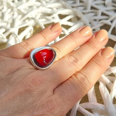 Unikatowy pierścionek ze srebra 925 z naturalnym wiśniowym bursztynem całkowicie wykonanym ręcznie.