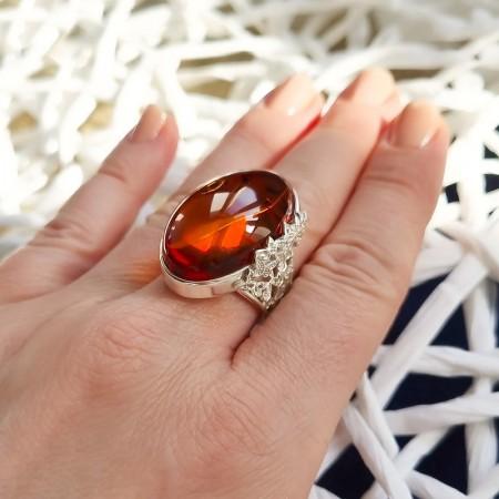 Unikatowy pierścionek ze srebra 925 z bocznym ażurowym zdobieniem i koniakowym bursztynem.