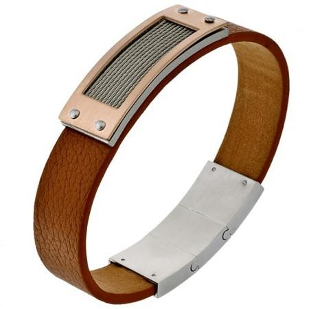 Fajna męska bransoleta ze stali szlachetnej z prostokątnym zdobieniem z nitami wypełnionym stalowymi linkami na brązowym pasku.